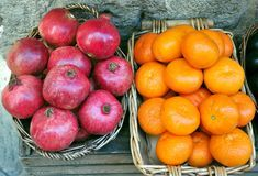 Organic market: pomegranate and orange Royalty Free Stock Photography