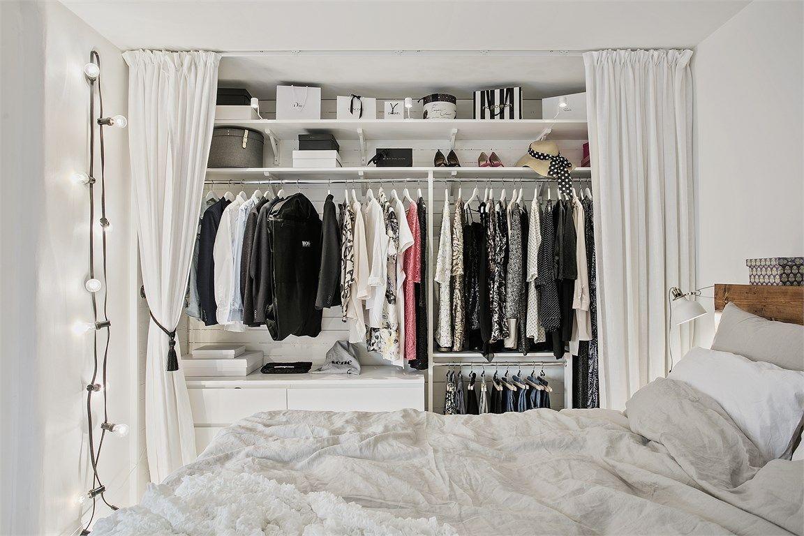 Witte slaapkamer met open kledingkast en werkplek | interieur ...