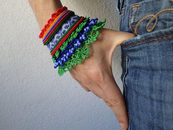 Beaded gehaakte armband met oranje, rood, Korenbloemblauw, indigo en kelly groen kralen details