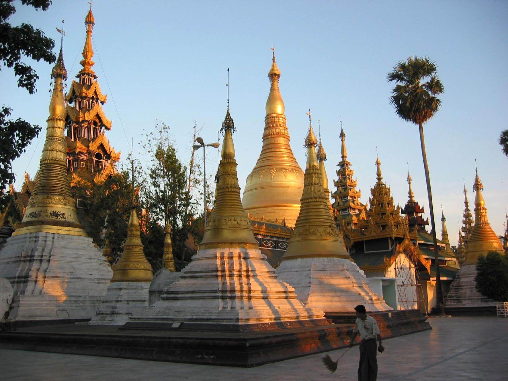 http://terre.sans.frontiere.free.fr/page_a_voir_a_faire/a_voir_a_faire_images/shwedagon_stupa_3.jpg