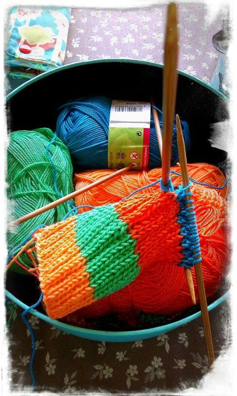 Calcetines tejidos con cuatro agujas