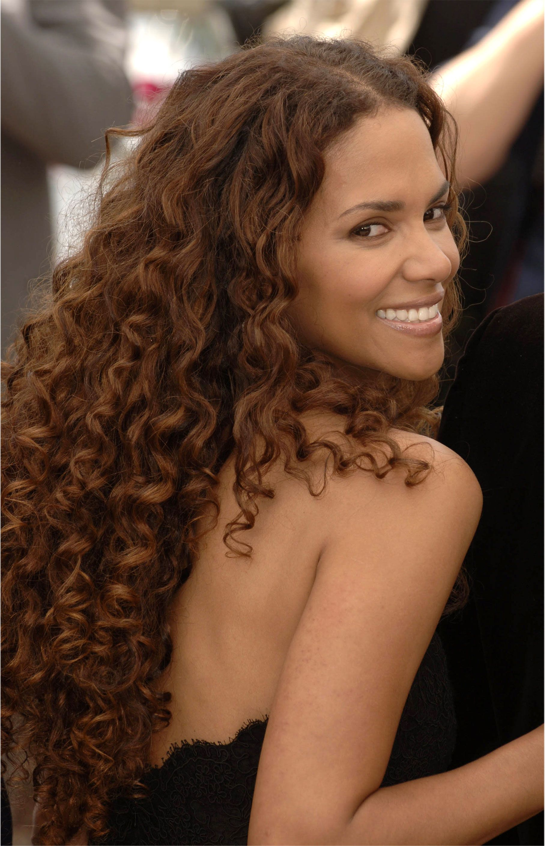 Halle Berry...dont she's a naturally curly cutie