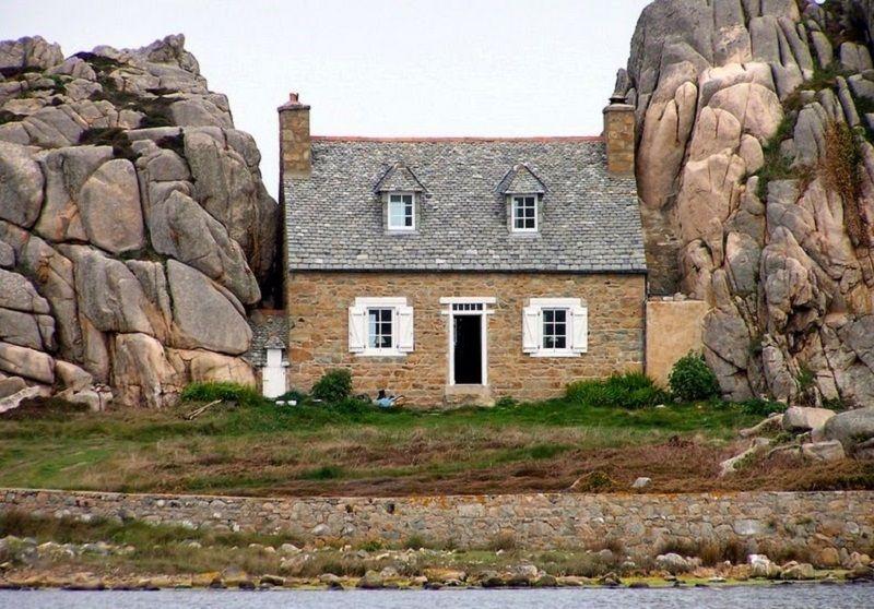 maison coinc e entre deux rochers bretagne ventana blog. Black Bedroom Furniture Sets. Home Design Ideas