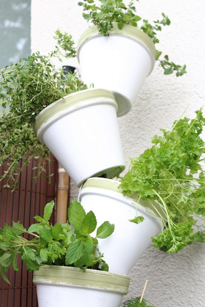 DIYKräuterturm aus Tontöpfen für den Balkon (mit Bildern