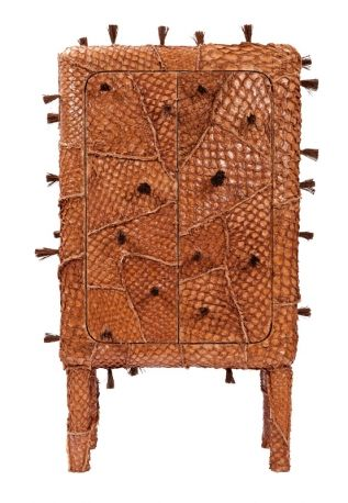 Credenza Pirarucu, rivestita con la pelle coriacea del pesce omonimo, concept dei Fratelli Campana.