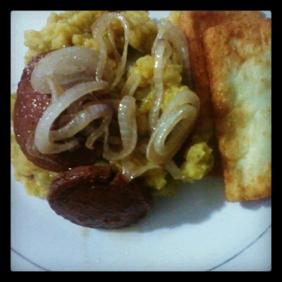 Mangú con queso blanco, cebollas y salami