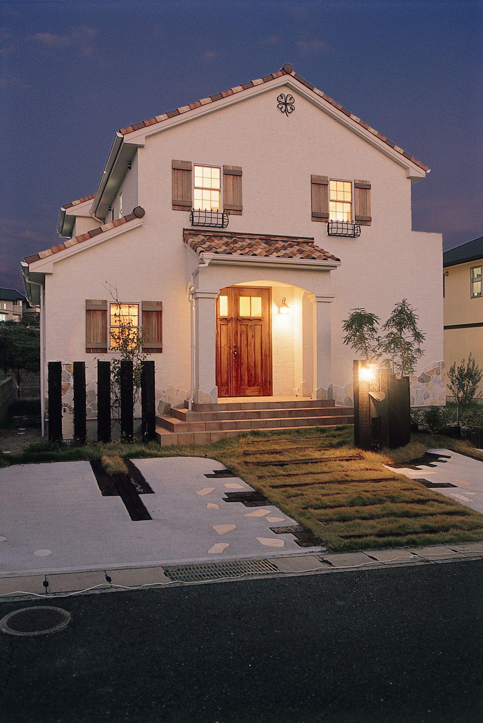 枕木門柱の船舶ライトがアクセントに ブルースホーム小倉 住宅 外観 マイホーム 外観 狭小ハウスデザイン
