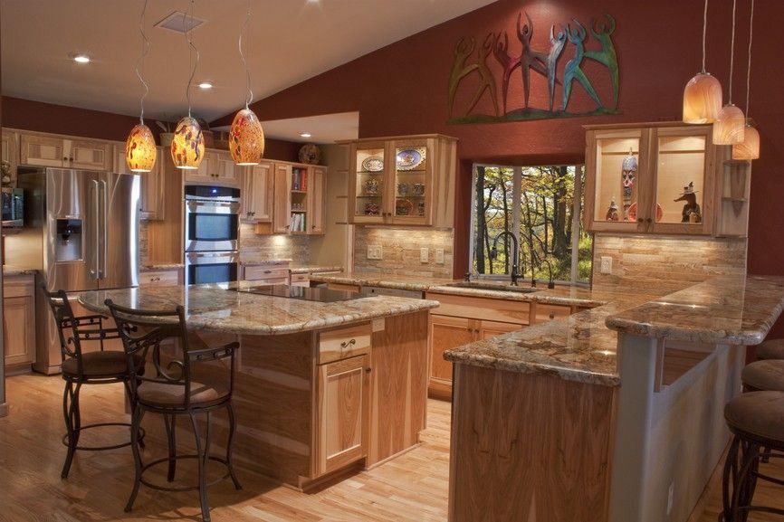 Luxuriöse Holz-Küche mit gedämpften Beleuchtung und kleine Insel