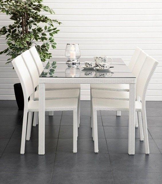 Valkoinen ruokailuryhmä harmaalla lasilla. Poimittu blogista http://omakotivalkoinen.casablogit.fi/sivu/21