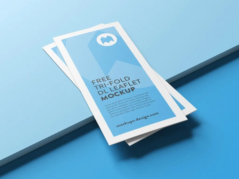 Tri fold brochure designs are very popular among designers, there are many client who love this type of marketing media because it's cheap and effective. Mockup De Folder Com Tres Dobras Gratis Criativo Design Brochure Mockup Free Mockup Template Free Leaflet