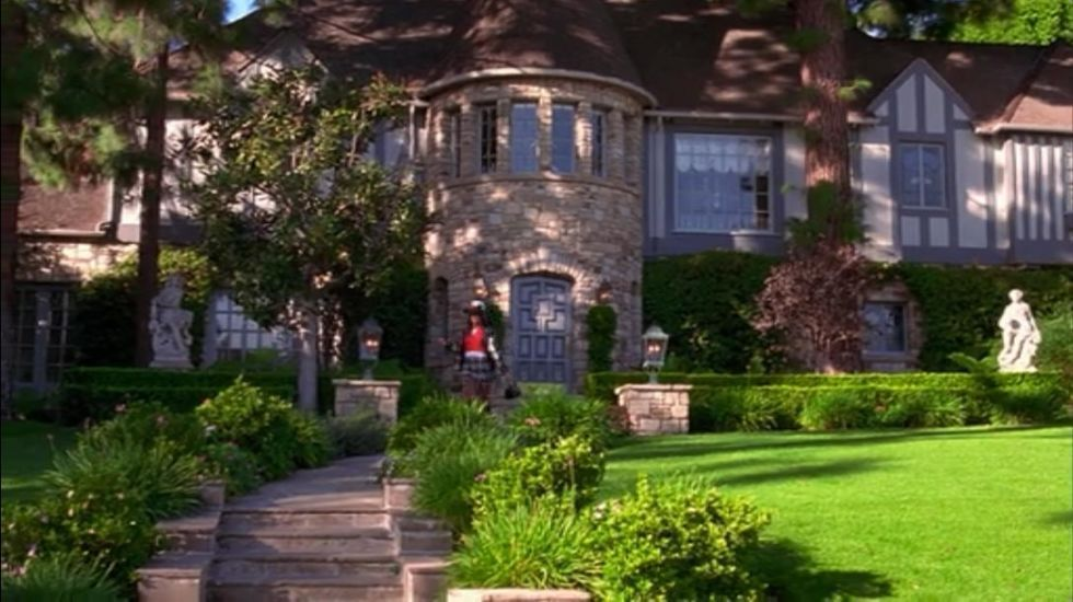 30 Of The Most Beautiful Homes To Grace The Silver Screen #walkwaystofrontdoor Even though Cher's modern home was fabulous, it was her best friend Dionne's (which only makes a split-second cameo) that feels like the one that got away. Even the walkway to the front door is over the top. #walkwaystofrontdoor 30 Of The Most Beautiful Homes To Grace The Silver Screen #walkwaystofrontdoor Even though Cher's modern home was fabulous, it was her best friend Dionne's (which only makes a split-se #walkwaystofrontdoor