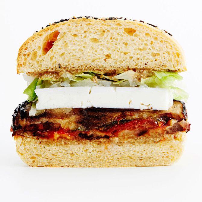 Herkullisen kasvisburgerin täytteeseen tulee viskillä maustettua fetaa ja auringonkukkatahinia.