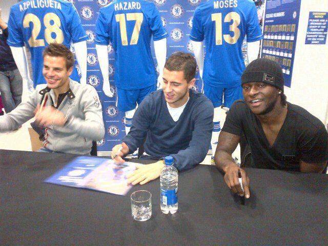 César Azpilicueta, Eden Hazard y Victor Moses en el Chelsea Store ubicado en Stamford Bridge.