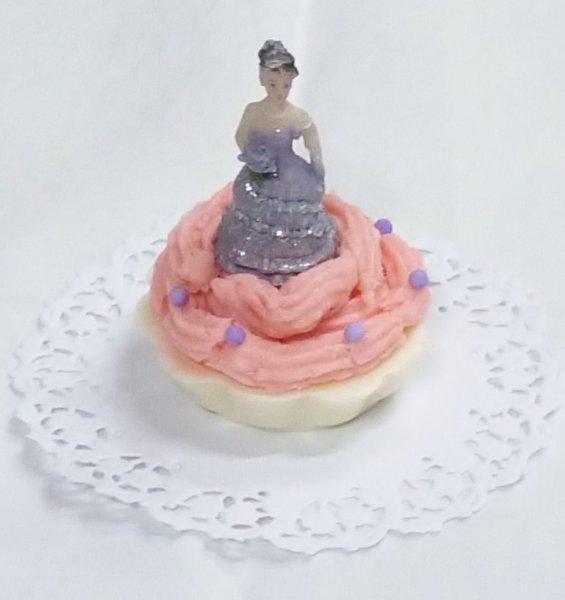 """Recuerdo de """"Mis 15 Años""""especialmente para ellas en colores y fragancias berries!! Un Cupcake!!"""