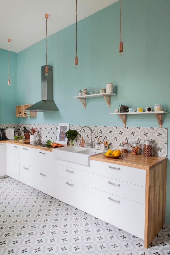 idee deco cuisine, meubles de cuisine blancs avec comptoir en bois