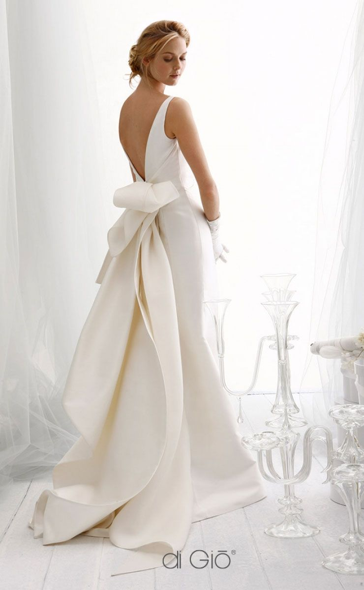 beautiful fish tail and v-back wedding dress #wedding #weddingdress #weddingdresses #weddinggown #bridalgown #bridaldress