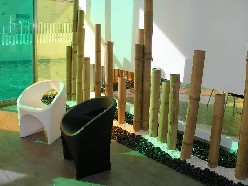 Ca as de bamb con canto rodado en blanco y negro for Bambu decoracion interior