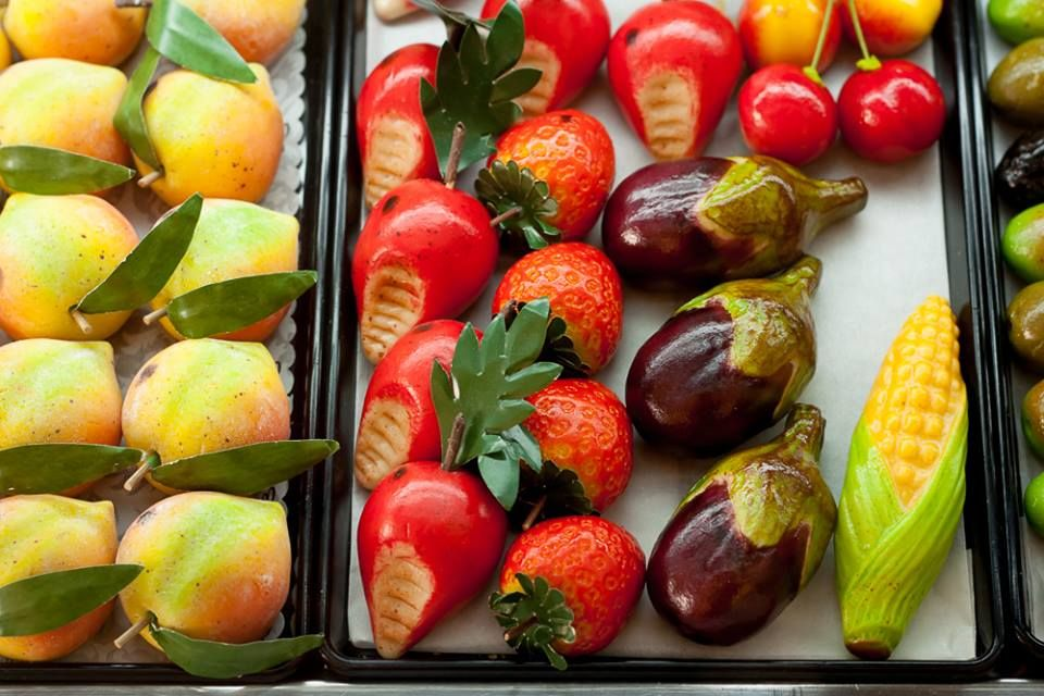 Beautiful fruits made from marzipan, in Sicily. ของจิ๋ว