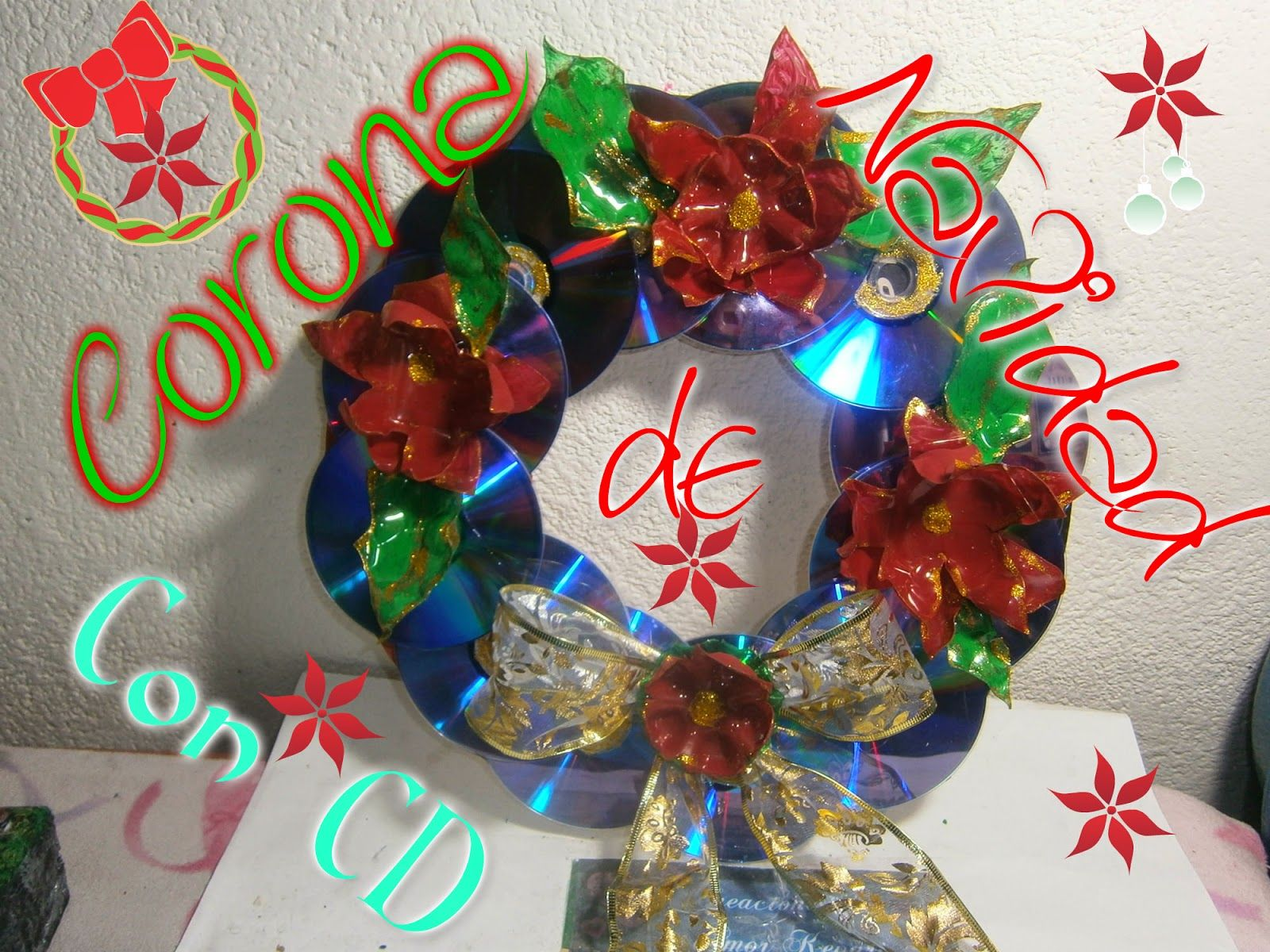 Corona de navidad con cds y flores de botellas de pl stico - Manualidades con fieltro para navidad ...