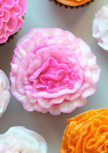 Piping A Beautiful Carnation Flower Has Never Been Easier With My Easy Video Tutorial You Will See Just Cupcakes Decoration Buttercream Flowers Cupcake Cakes