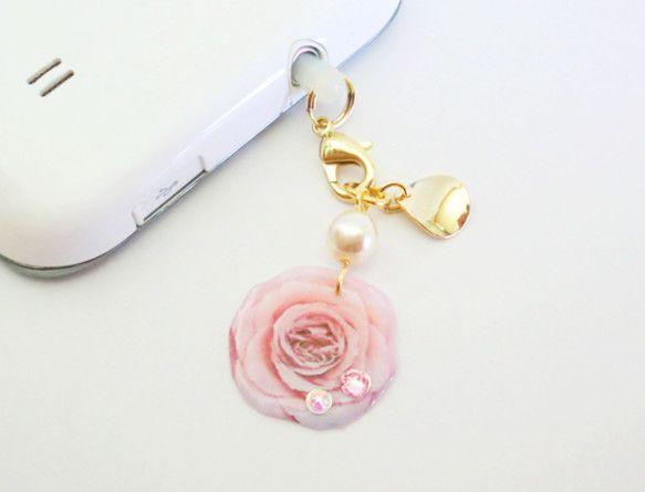 淡いピンク色のバラにスワロフスキーがしずくの様にキラリと輝くイヤホンジャックピアスです+°goldのカーブパーツがバラの甘い雰囲気に上品さをプラスして...|ハンドメイド、手作り、手仕事品の通販・販売・購入ならCreema。
