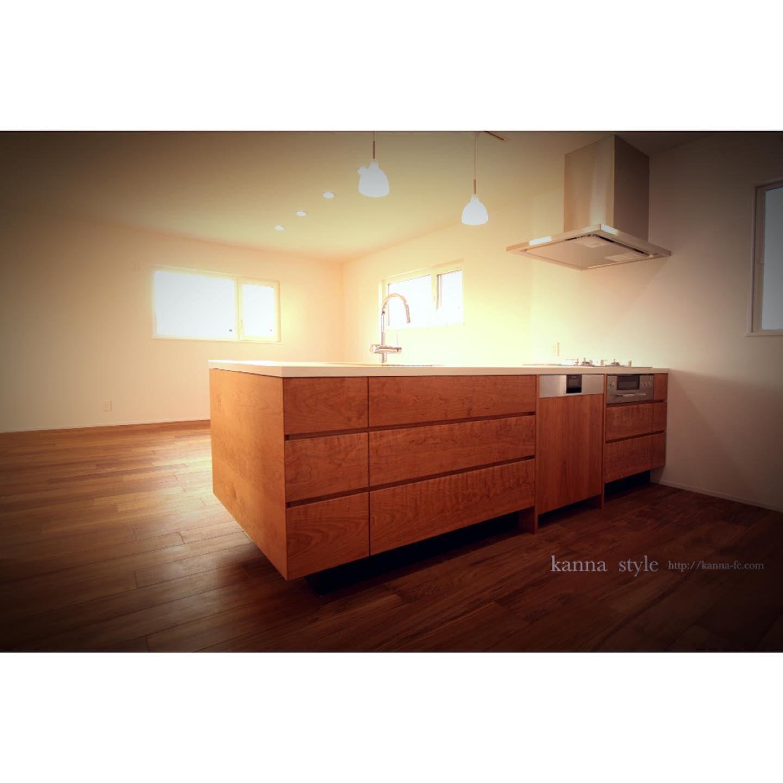 オーダーキッチン セラミック天板 ブラックチェリー無垢材 Kannaのオーダーキッチンは フルオーダーで承っておりますので 貴方だけのオリジナル キッチンが製作可能です 天板もバリエーションが豊富にあり お好みの形状で製作可能です 画像のキッチンの天 Home