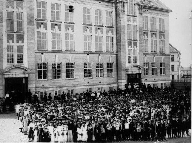 Sør-Trøndelag fylke Trondheim Lademoen skole med elever og lærere på skolegården 1906 Utg Erik Olsen