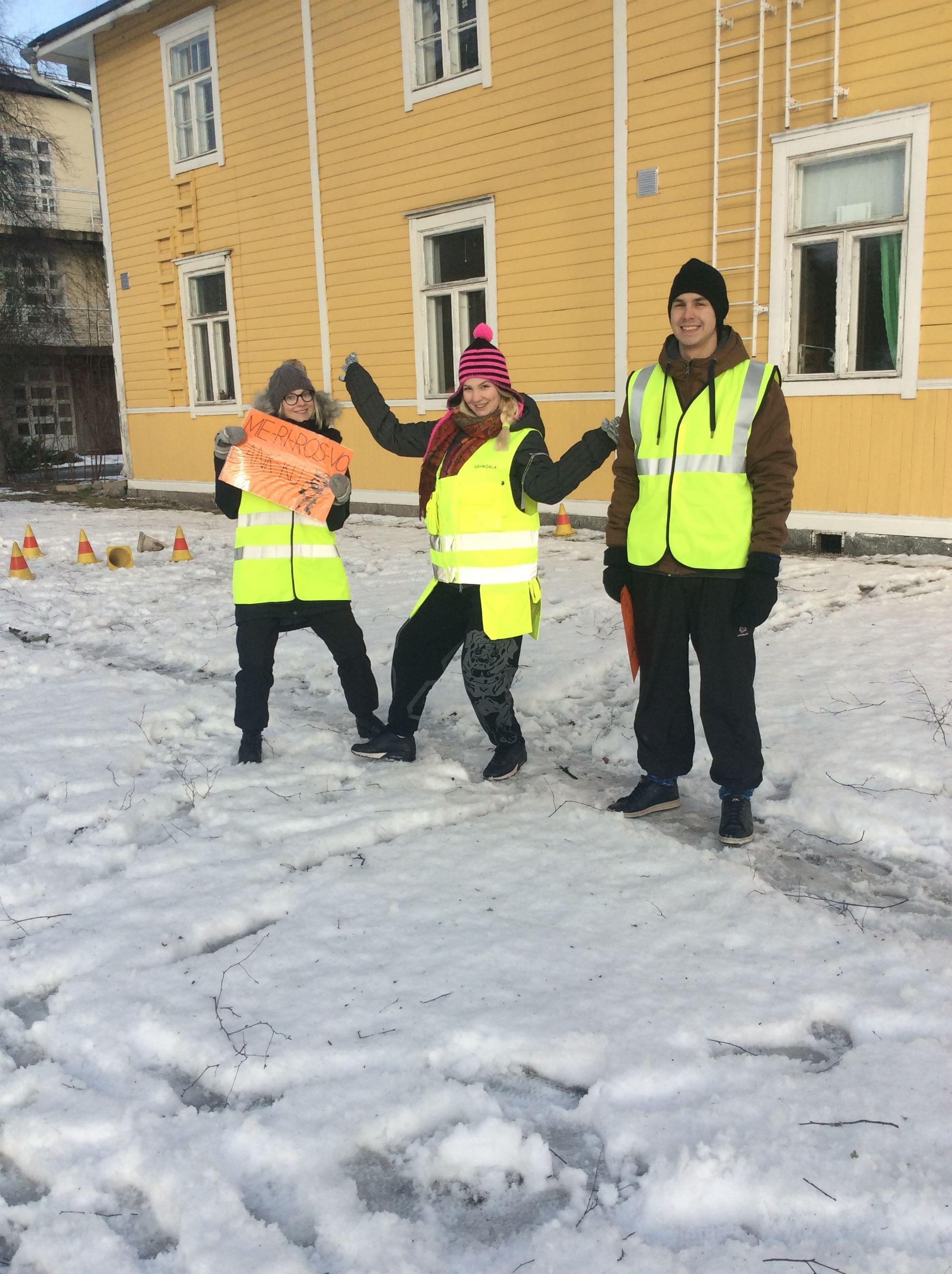 Tässä iloiset opiskelijat valmistautuvat ryhmien vastaanottoon