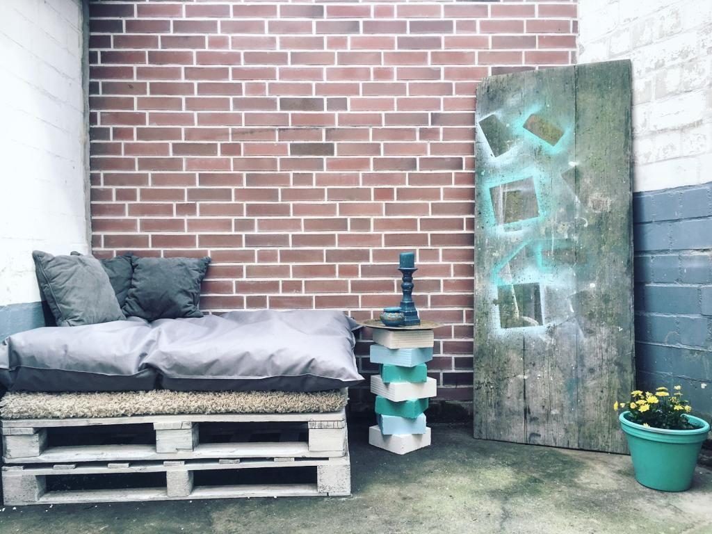 diy terrassenm bel die sitzecke wurde komplett aus paletten gebaut und sch n durch kissen und. Black Bedroom Furniture Sets. Home Design Ideas