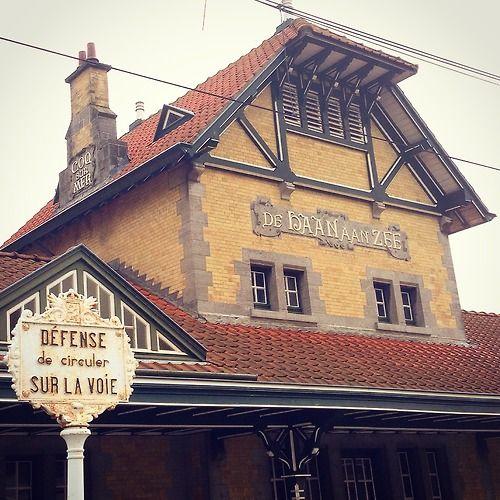 Foto nummer 200. Nog een tramstation, deze keer in De Haan. Gebouwd in 1902, naar een ontwerp van architect Dhaeyer. Alles was nog tweetalig...