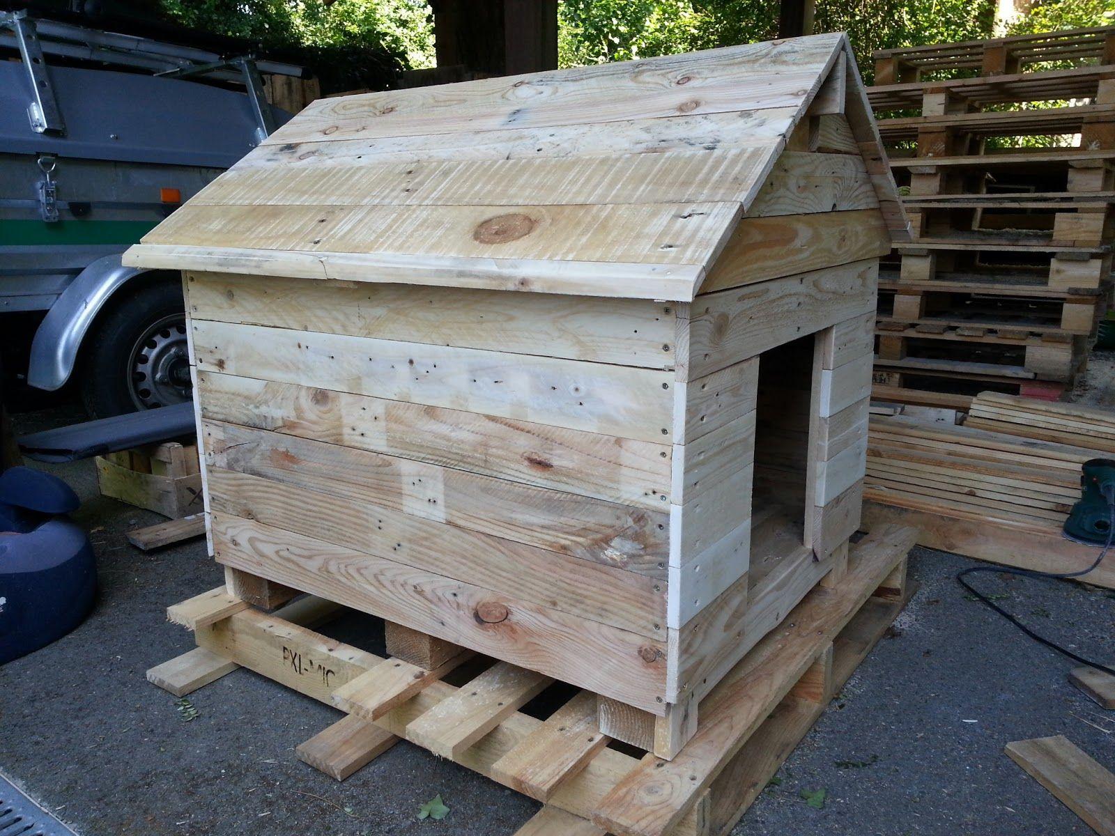 ludo la bricole niche en bois de palettes doggy door. Black Bedroom Furniture Sets. Home Design Ideas