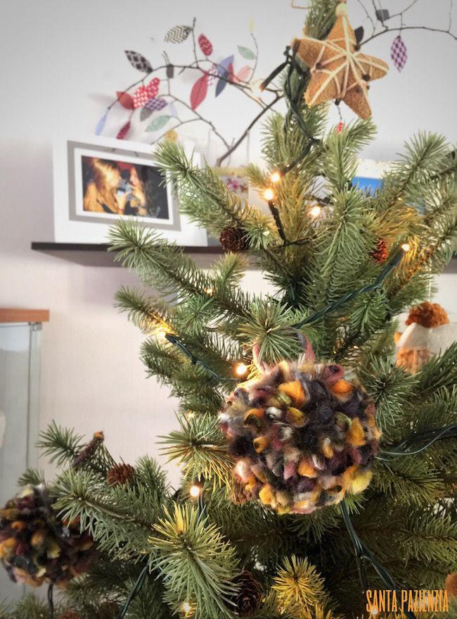 Haz las bolas para el árbol de navidad con pompones