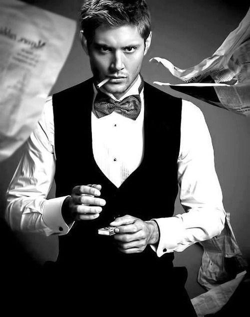Jensen Ackles raucht einer Zigarette (oder Cannabis)