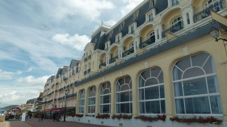 Der Bau beherrscht eine drei Kilometer lange Promenade: Das Grandhotel in Cabourg. Foto: Stefan Lüddemann
