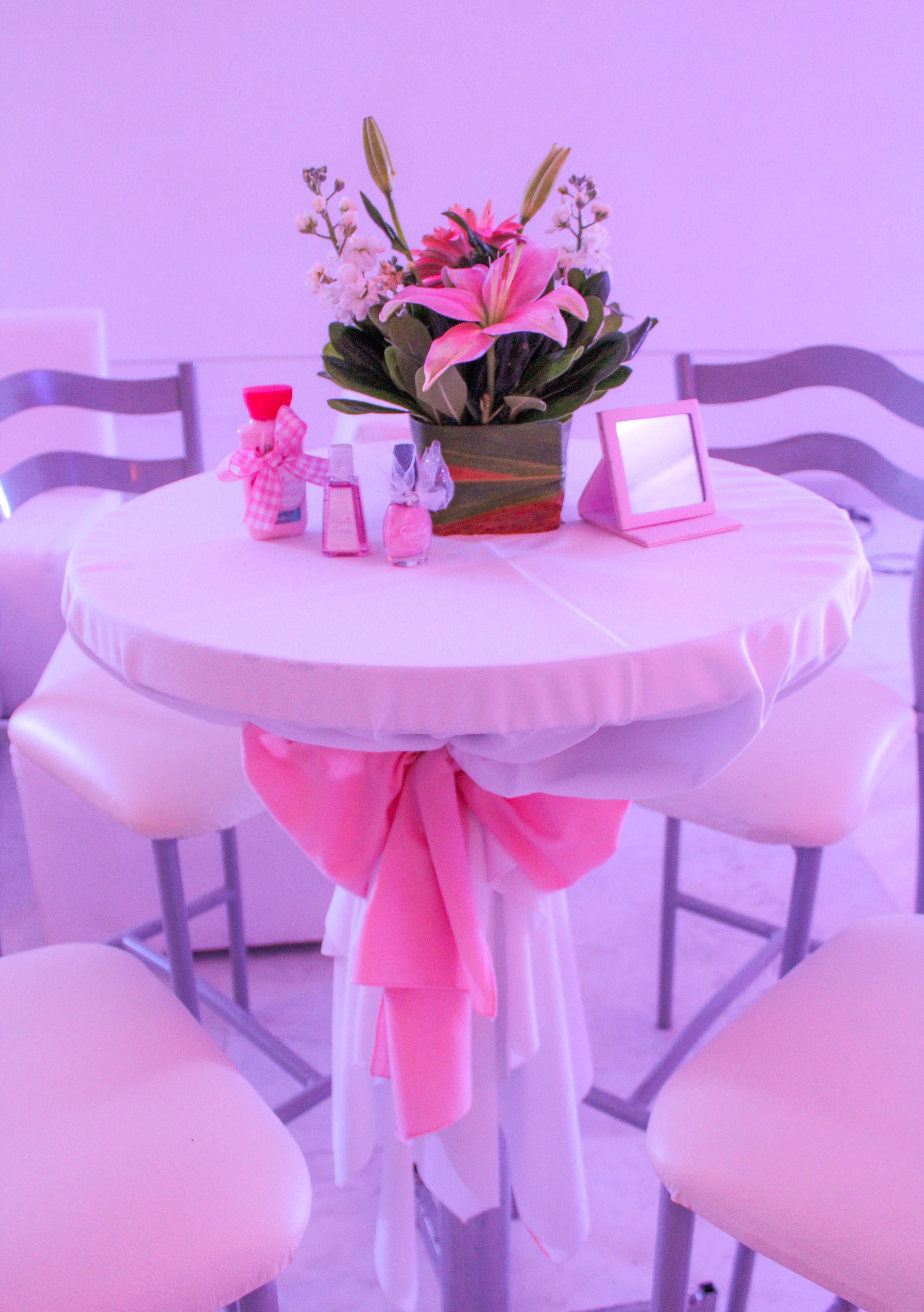 Mesa periquera con cubremantel blanco y lazo rosa pastel. | XV años ...