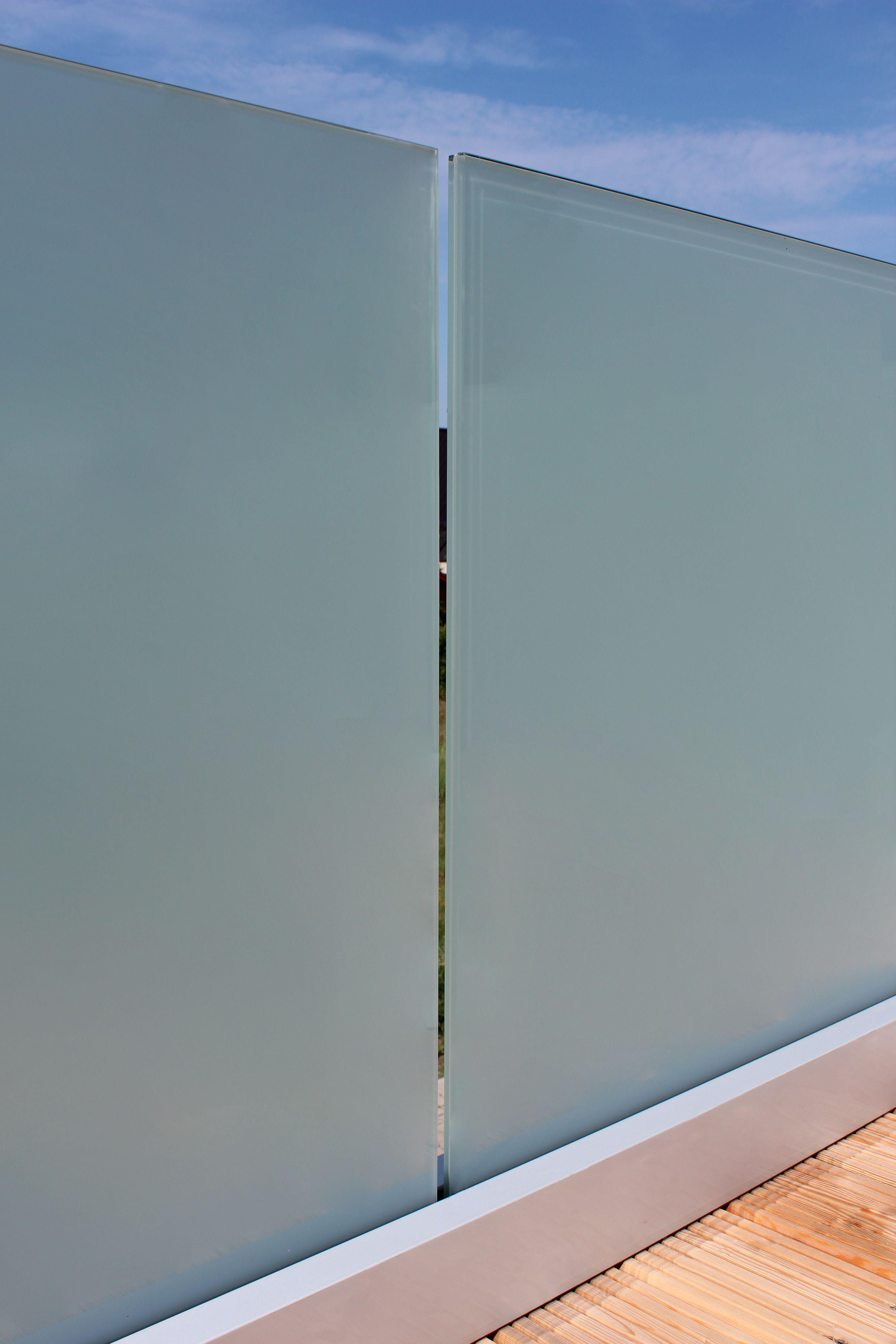 Glasbrüstung mit Profil aus Aluminium als Sichtschutz