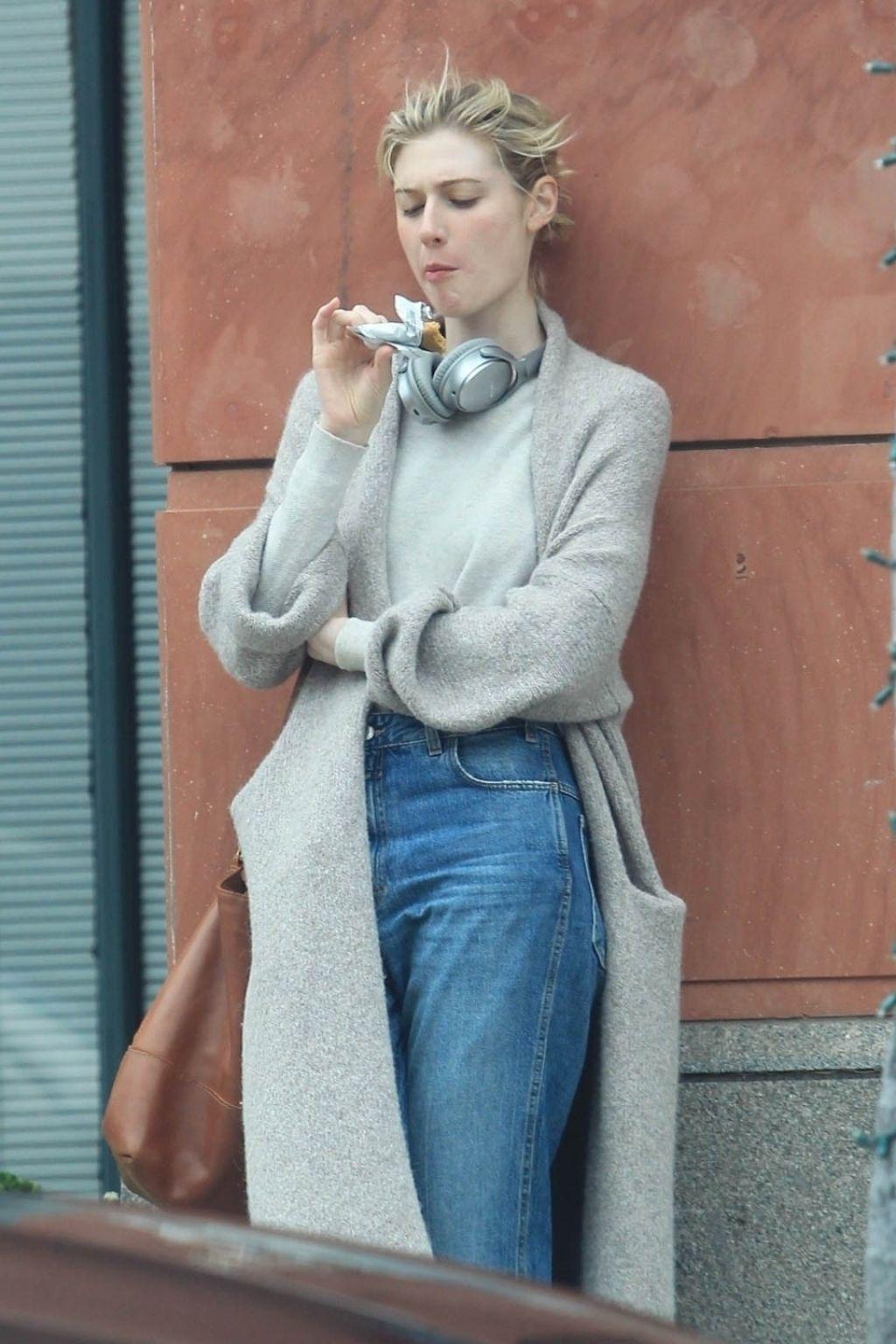 Elizabeth Debicki Munching On A Snack In Beverly Hills 06 14 2019 Elizabeth Debicki Streetwear Fashion Elizabeth