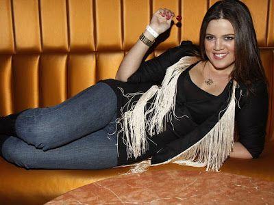Khloe Kardashian In Jeans Wallpaper