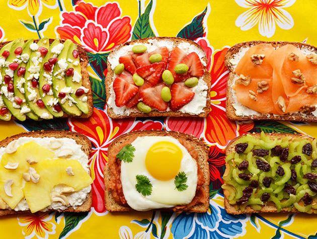 Peguei esse post do buzzfeed gringo –que eu amo–e traduzi pra vocês. São dicas para você montar torrada com ingredientes que ajudam a dar uma energizada no seu dia.