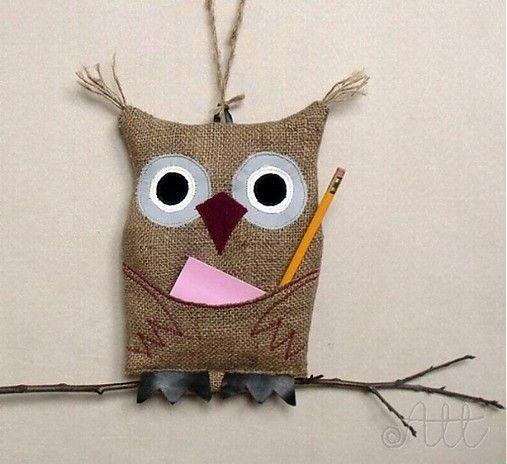 Múdra sova pre zábudlivých s poznámkovým bločkom a ceruzkou. Môžete použiť napríklad aj na odkladanie mobilu. Sova je ušitá z jutoviny....