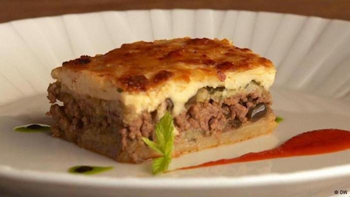 Moussaka ist das bekannteste Gericht der griechischen Küche. Chefkoch Asterios Koustoudis hat einen Michelinstern und zeigt, wie eine klassische Moussaka zubereitet wird.