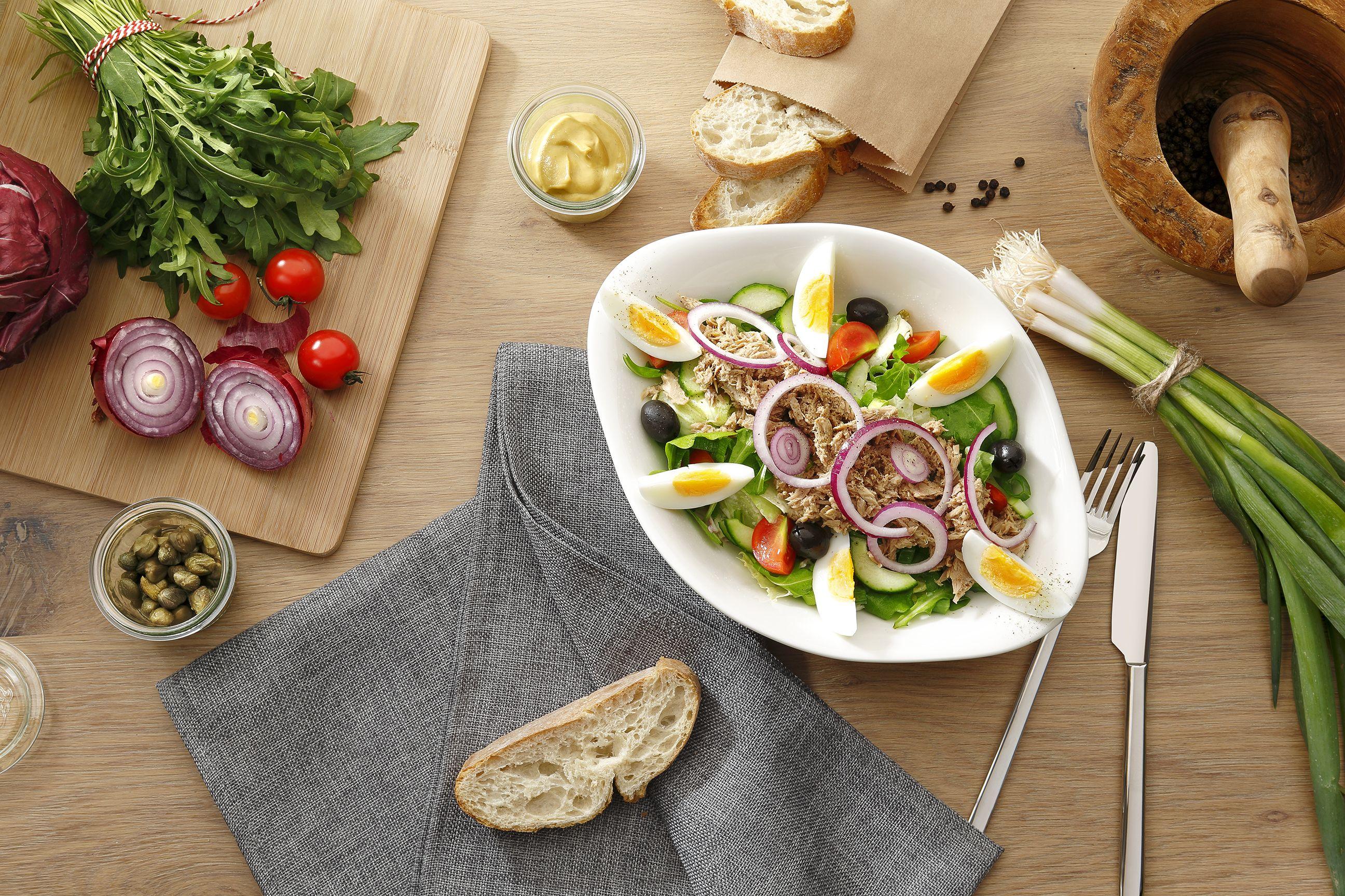 Insalata Nizza      Verschiedene Blattsalate, Kirschtomaten, Gurken, Thunfisch, geschwärzte Oliven, rote Zwiebeln und ein gekochtes Ei. Wir empfehlen dazu unser hausgemachtes Nizza-Dressing.
