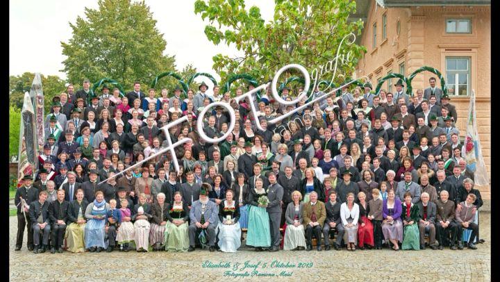 Hochzeitsgruppenfoto Mit Der Grossen Fototribune Video Gruppenfoto Fotografie Fotostudio