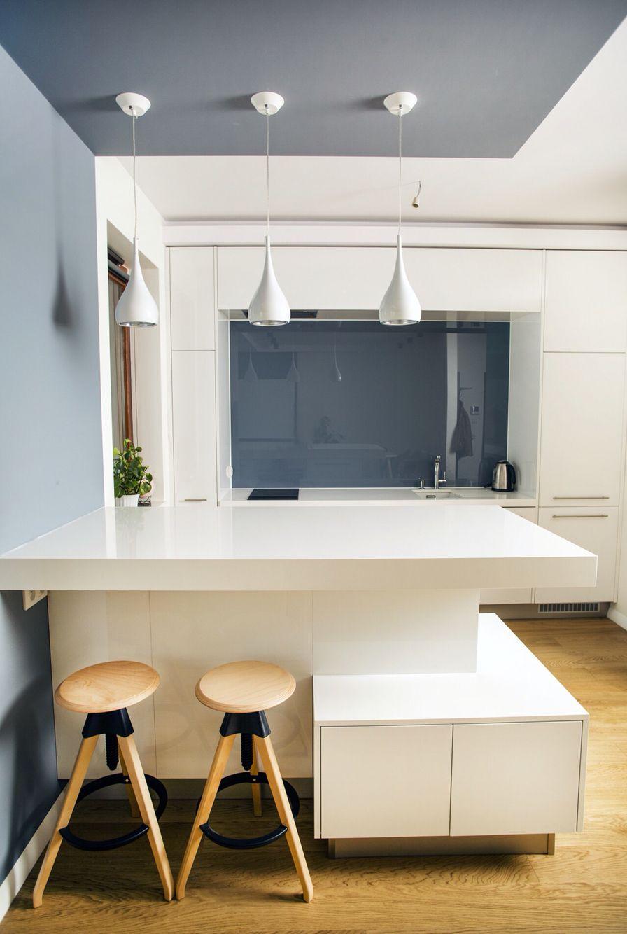 Otwarta kuchnia w bieli hola design homesquare - Nowoczesna Kuchnia Biel I Drewno Nowoczesna Aran Acja Wn Trz Kuchnia Z Salonem Pinterest