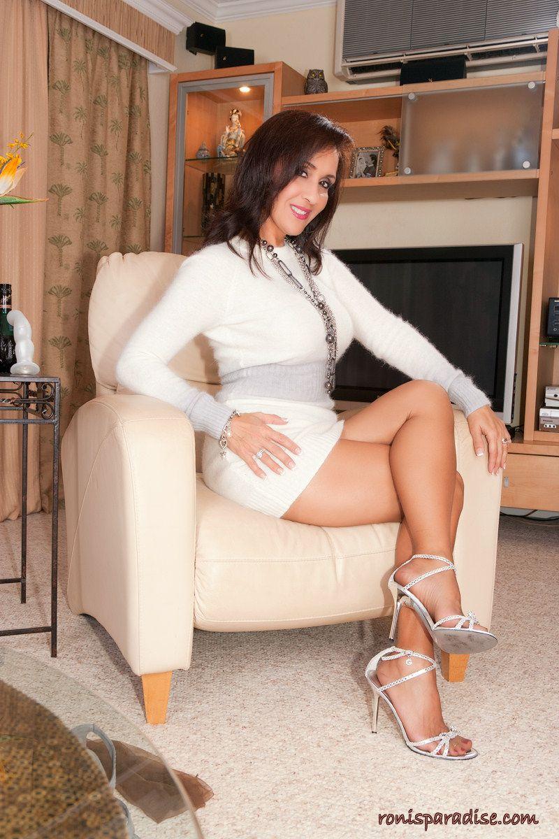 Sexy milf roni high heels