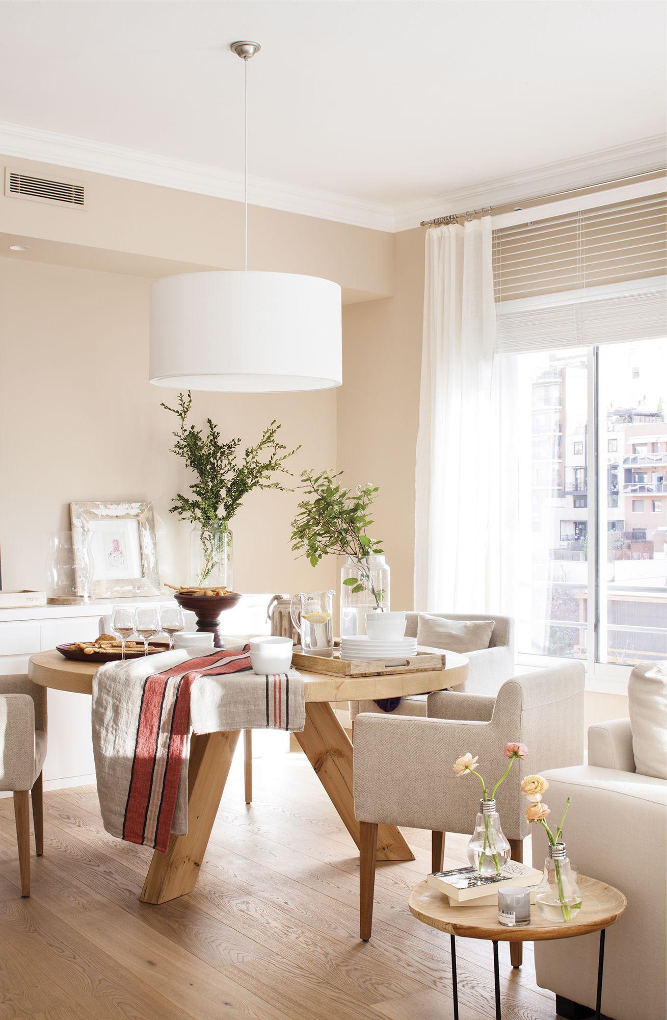 MG 55592. Comedor junto al salón con mesa redonda y butacas beige_MG ...