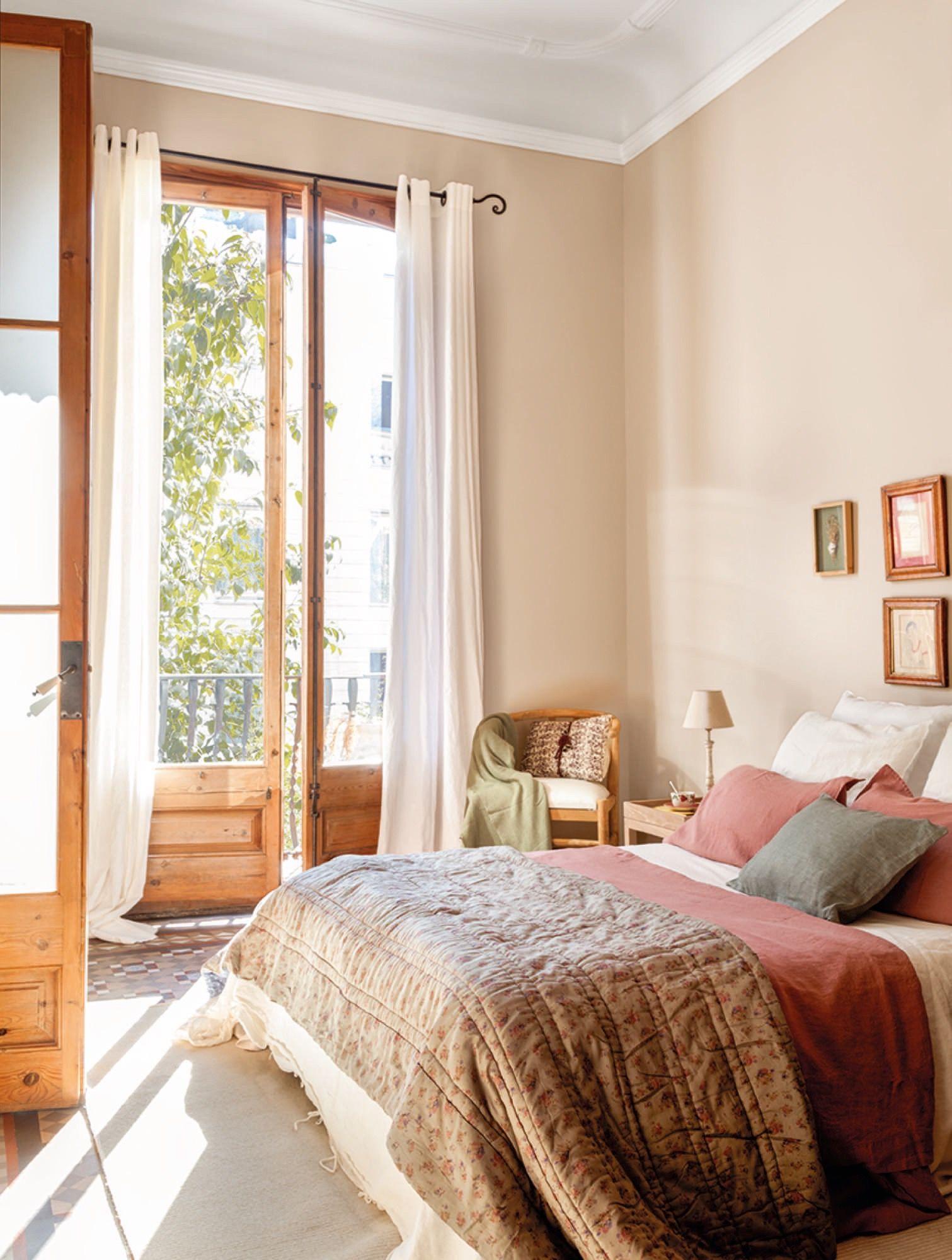 Un Piso En Barcelona Con Suelos De Mosaico Decora El Dormitorio  ~ Orientaciã³n De La Cama Para Dormir Bien