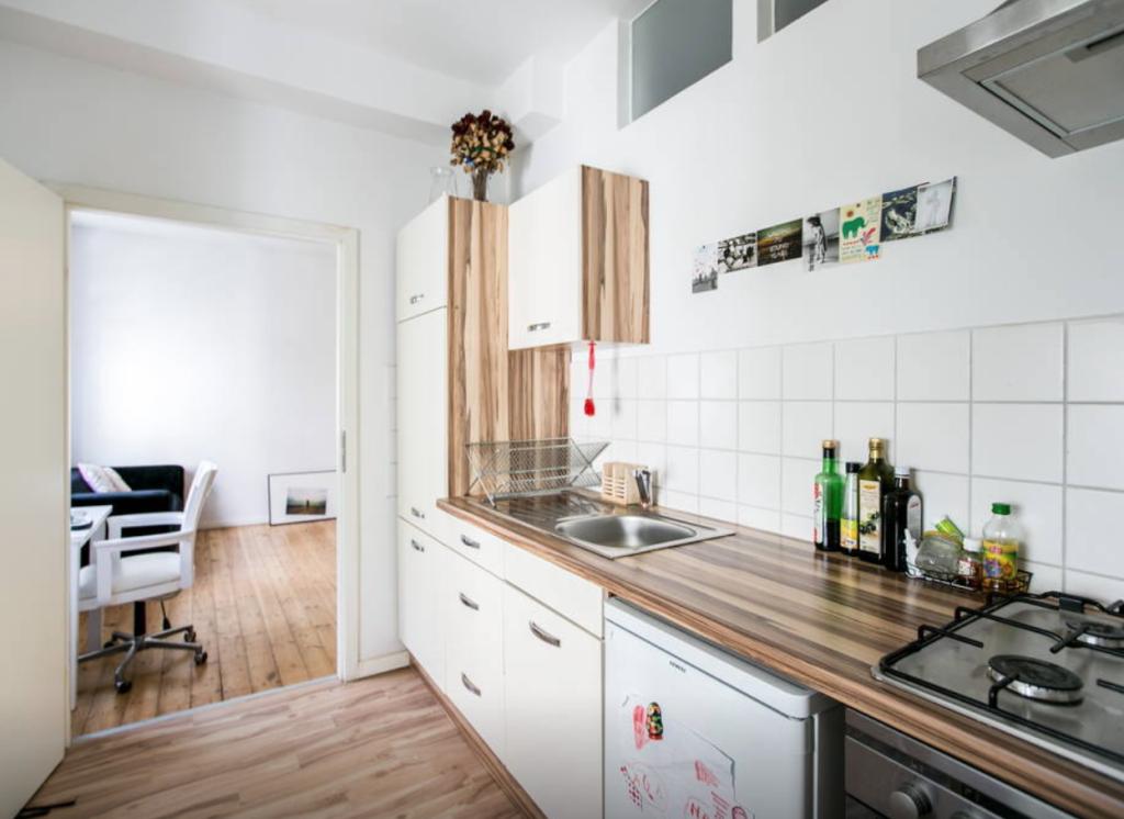 moderne einbauk che mit wei en fronten und dunkelbrauner arbeitsplatte sowie gasherd wohnung in. Black Bedroom Furniture Sets. Home Design Ideas