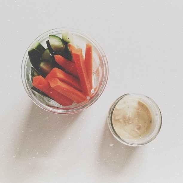 Palitinhos de cenoura e pepino com molho de iogurte.