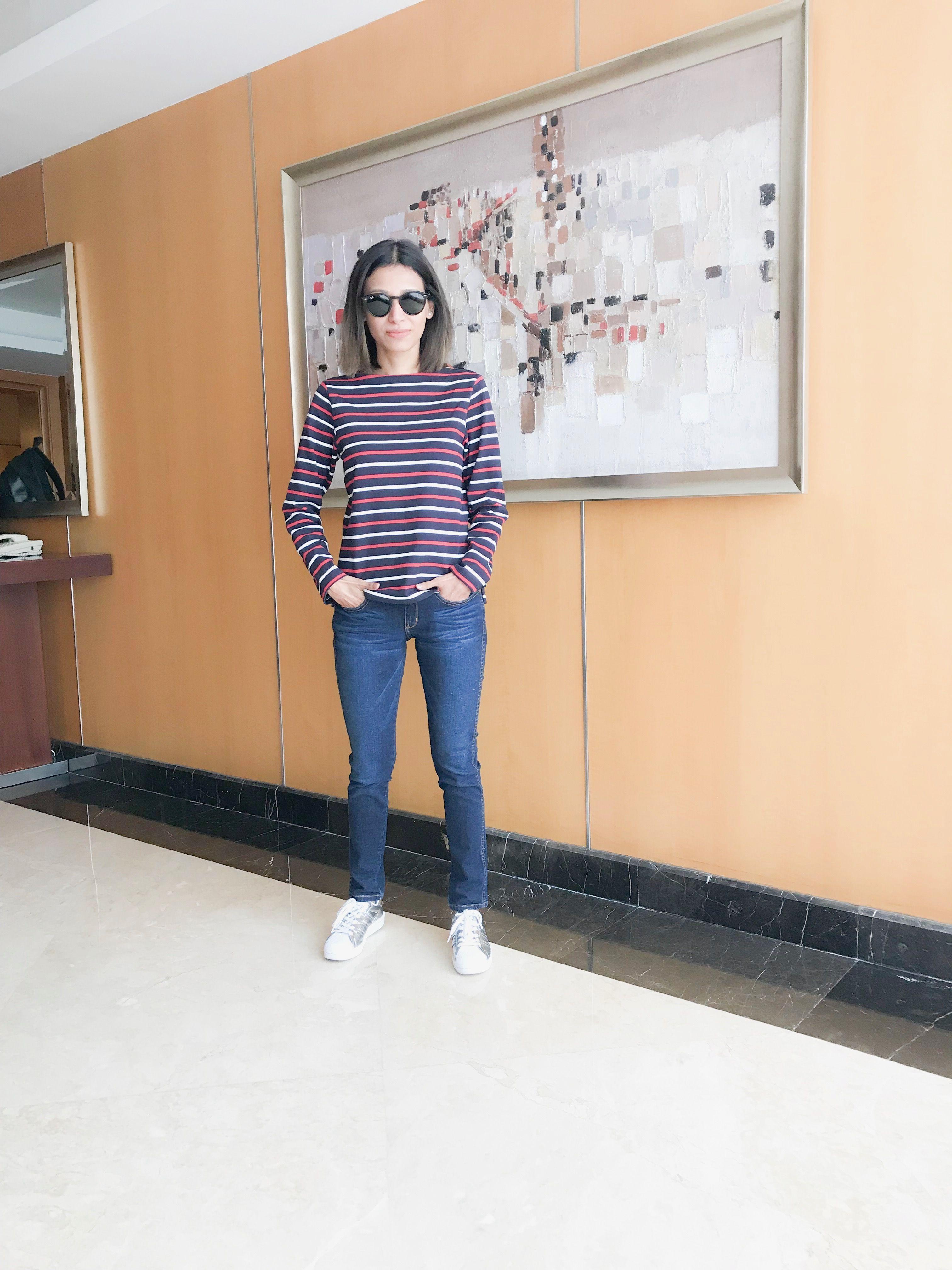 Stripe camiseta y jeans azul con Plata adidas zapatillas y Rayban